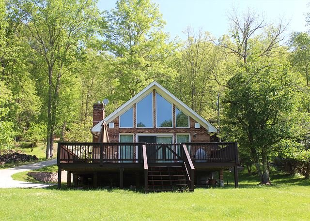 Riverside Escape - Charming Cottage w/Fire Pit, WIFI, Spacious Deck, & More!, holiday rental in Grassy Creek