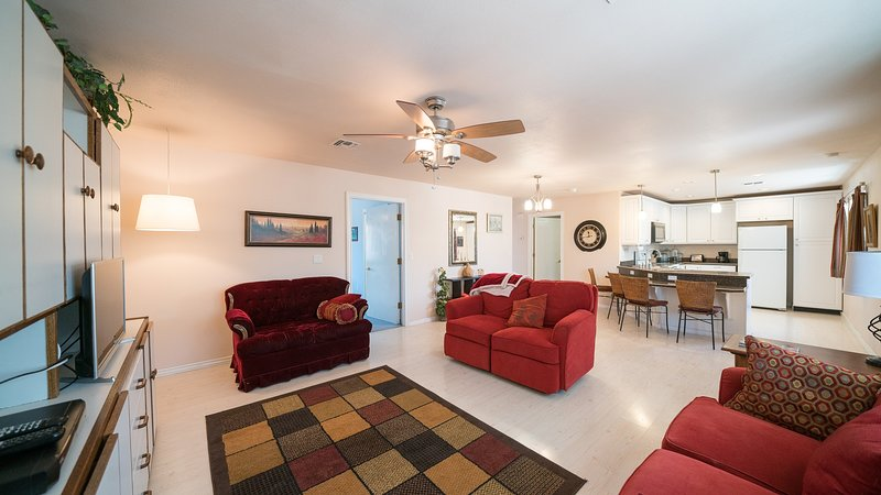 Open and inviting great room with plenty of room to enjoy your time at Gila Valley Cottage.