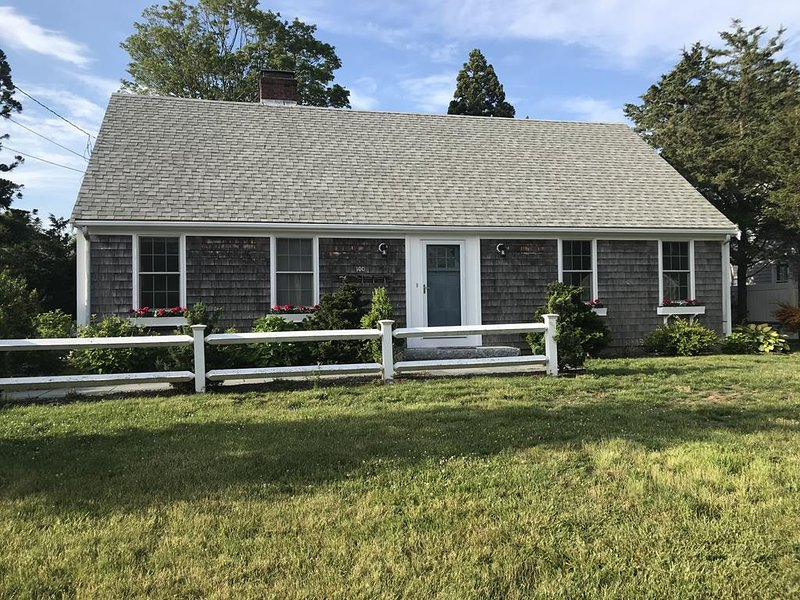 FAMILY FUN, 5 BEDRMS, WALK TO SURF DR BEACH 125500, holiday rental in Woods Hole