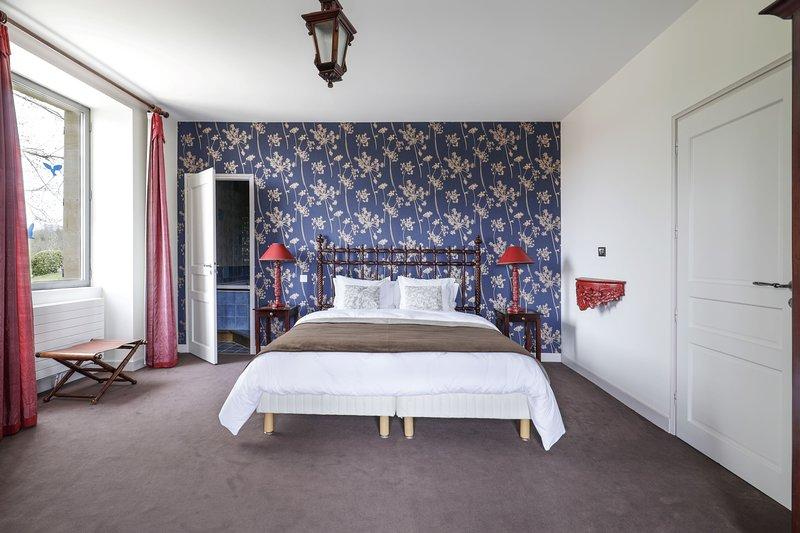 Chambre du Balcon - Manoir de Costeperier - proche Lascaux, Sarlat - vue piscine, holiday rental in Sergeac