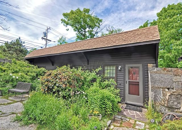 Granite Cottage: Charming cottage in Rockport with private deck and views, holiday rental in Cape Ann