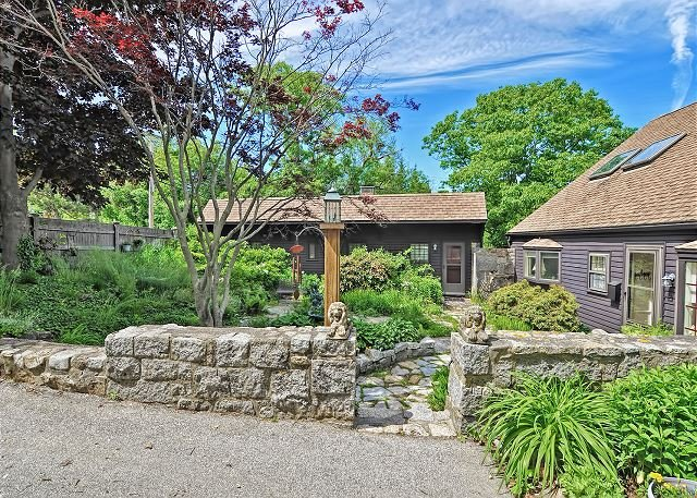 The courtyard is shared with the sister cottage Granite Pier.