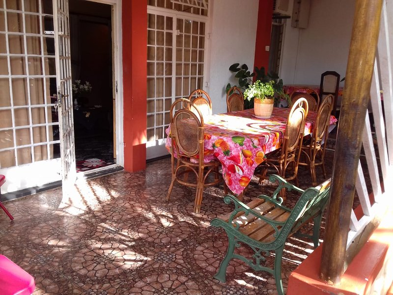 Big villa with swimming-pool & Wifi, alquiler de vacaciones en Distrito de Savanne