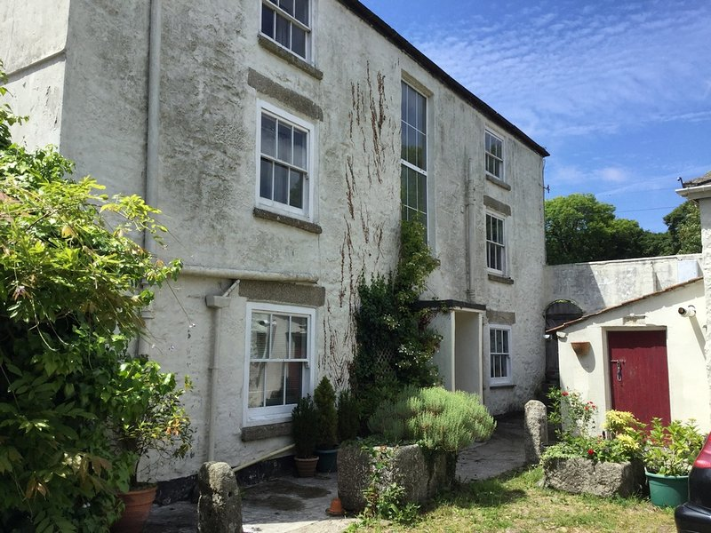 Sleeping up to 14 near St Ives Bay, Wall Farm is an Eighteenth Century farmhouse, location de vacances à Connor Downs
