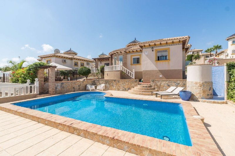 Stunning 3 bed 2 bath Villa with Private Heated Pool, vacation rental in San Miguel de Salinas