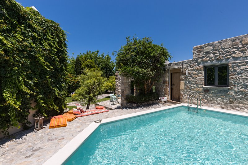 Muazzo Creta Stone House, a fairytale cottage!, holiday rental in Pigi