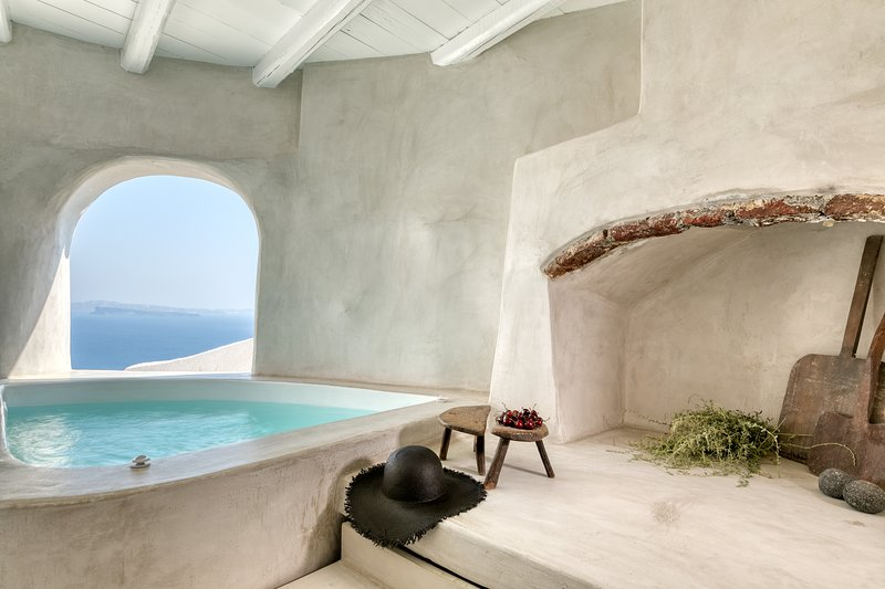 Marble Sun villa with Jacuzzi in Oia, holiday rental in Tholos
