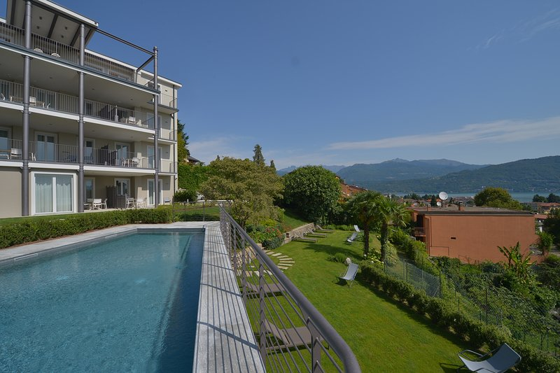 The View - Garden: design apartment with porch lake view and pool, vacation rental in Campino