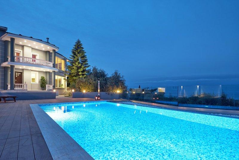 Mont Bleu Luxury Villa, 5-bedroom luxurius villa with swimming pool, vacation rental in Bochali