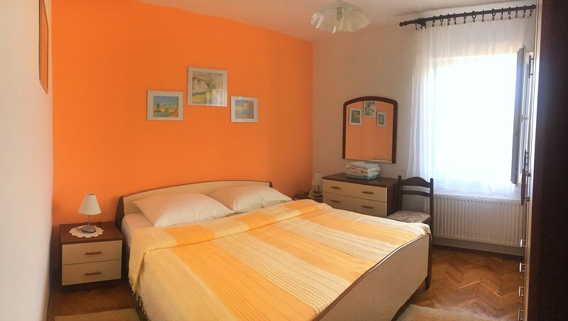 Orange Flower bedroom. Sunrise view. Spacious. Cool in the evening.
