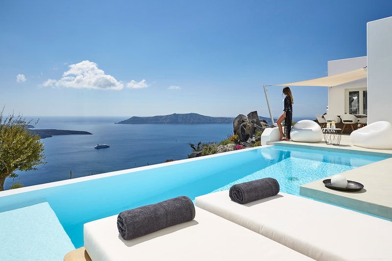 Villa Etheras, Private Heated Pool & Deck with Views of the Caldera and Volcano, holiday rental in Firostefani