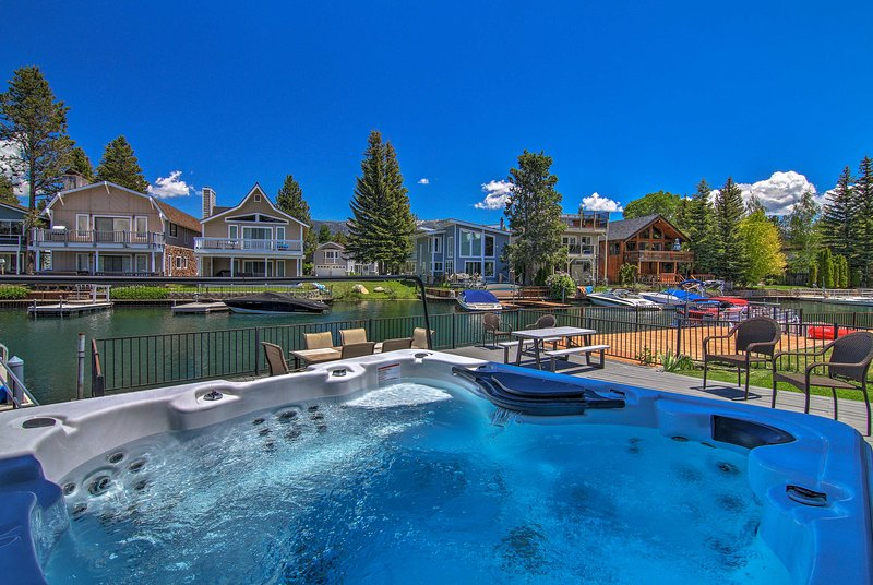 Waterfront Lake Tahoe/Heavenly Hub: Private U-Dock, vacation rental in South Lake Tahoe
