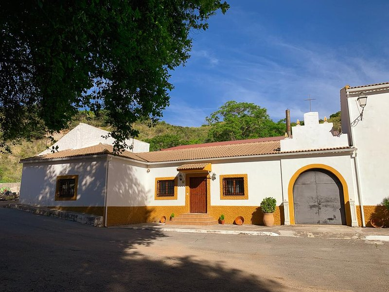 CASA RURAL EN CORTIJO LAS HUERTAS, vacation rental in Torres