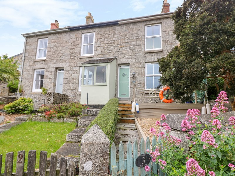 3 TRUNGLE COTTAGES, stylish cottage close to pretty harbour village. Mousehole, vacation rental in Paul