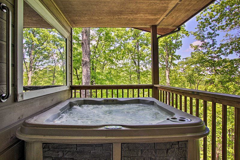 Eclectic Cabin w/Hot Tub < 1Mi to Ober Gatlinburg, vacation rental in Gatlinburg