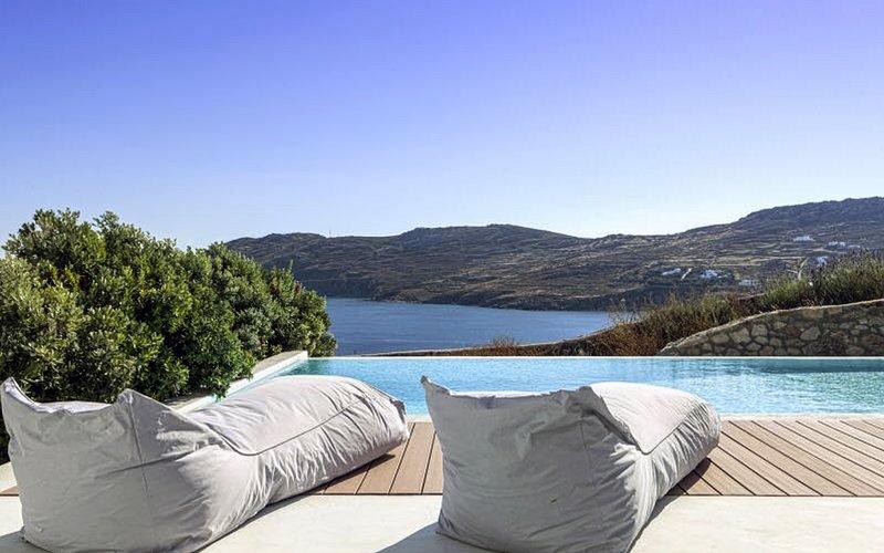 Relájate junto a la piscina mirando la playa de Kalo Livadi
