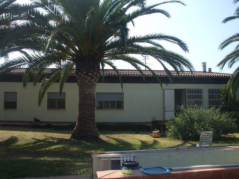 villino immerso nel verde con piscina e campo da tennis, holiday rental in Platamona