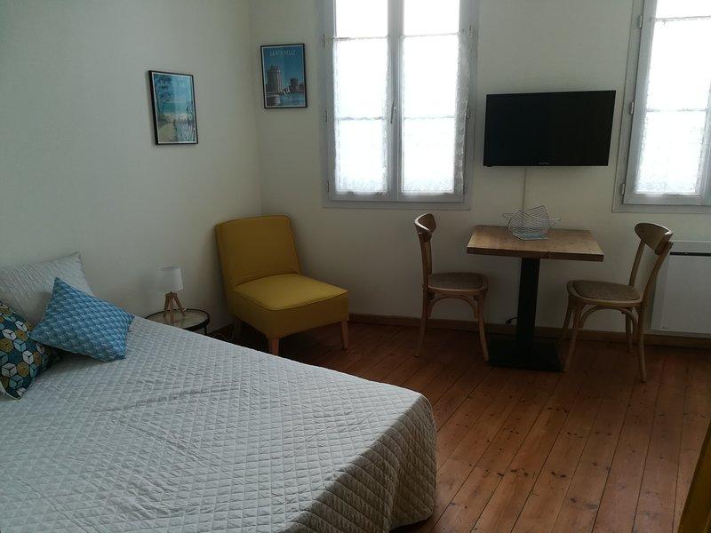 studio rez de chaussée dans immeuble résidentiel, holiday rental in Vergeroux