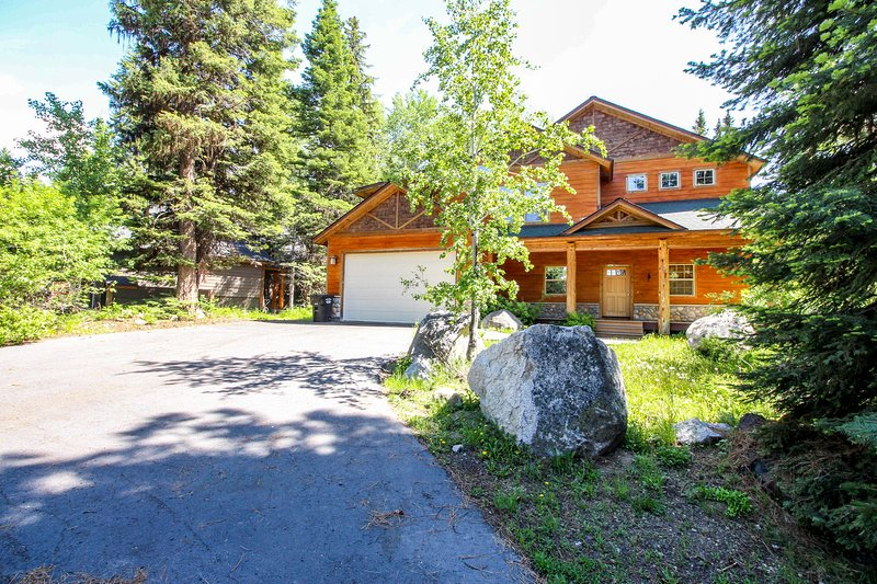Deluxe, dog-friendly cabin w/ a shared pool & hot tub in a convenient location, vacation rental in Tamarack