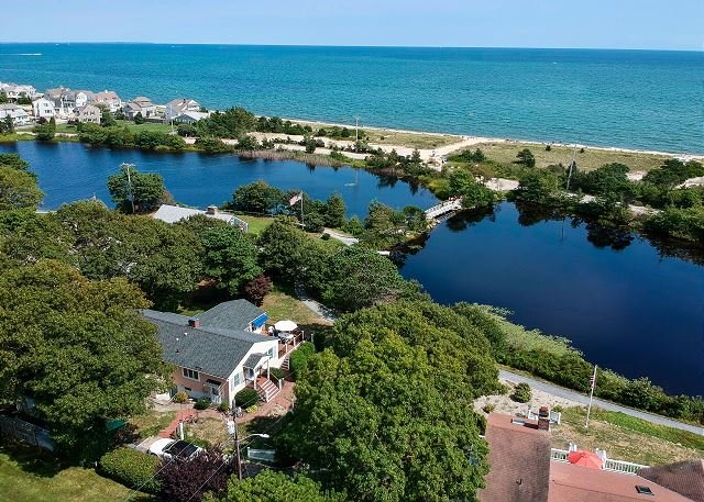 Beautiful Popponesset Beach Retreat on Deans Pond – 200 Yards to the Ocean, location de vacances à Mashpee