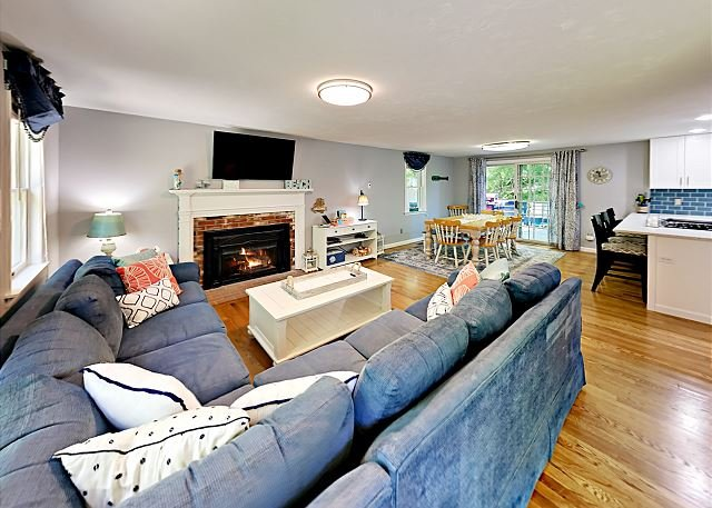 Remodeled Retreat w/ Expansive Deck & Fire Pit - Near Village & Loop Beach, holiday rental in Cotuit
