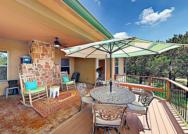 Stargazers' Dream Home: 1.5 Acres in Dripping Springs w/ Fire Pit!, vacation rental in Dripping Springs