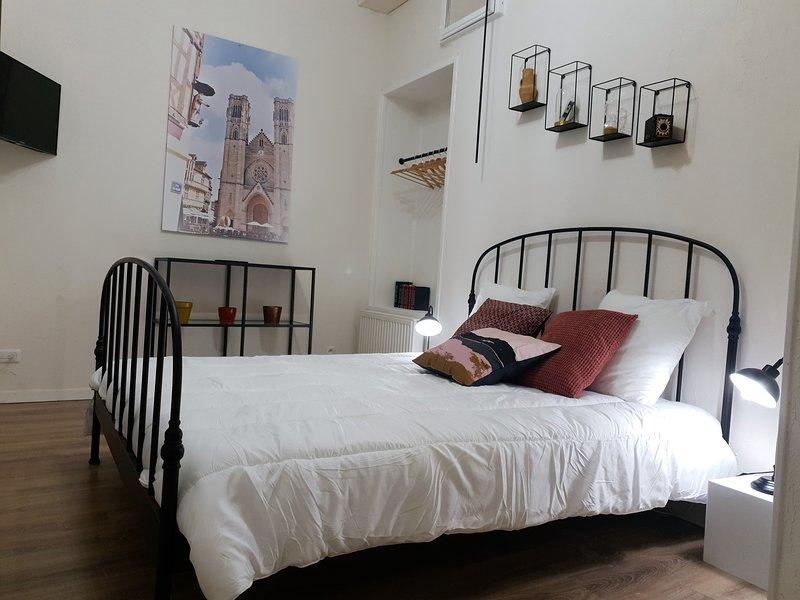 Dormitorio 1 con cama de 160 x 200 cm y baño (WC + lavabo) contiguo