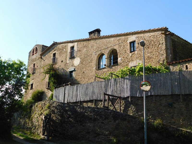 Se alquila apartamento cueva en masía con jardín privado, holiday rental in Llampaies