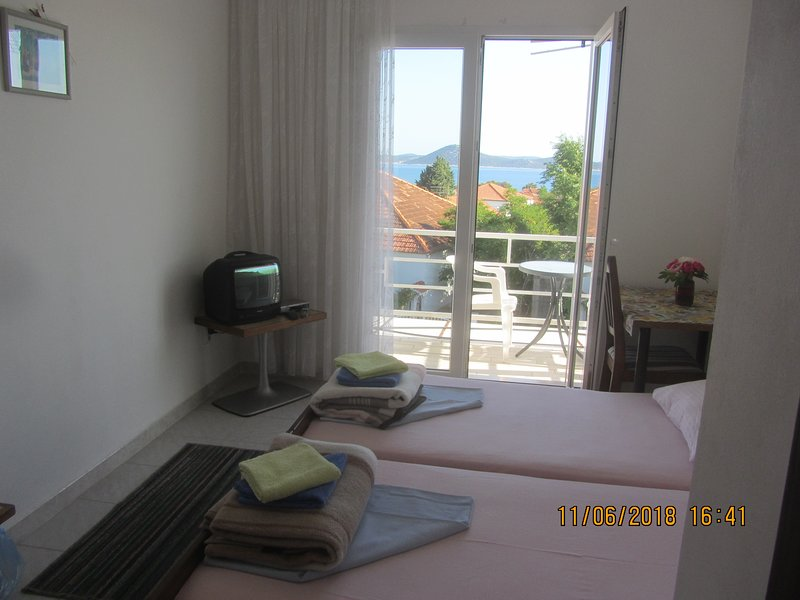 Cozy simple room overlooking seaview, near blue beach, big kitchen, bbq, parking, aluguéis de temporada em Vodice