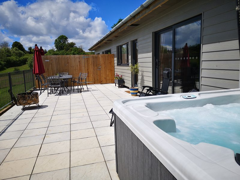 Oak View.  Nibbs farm cottages with private covered hot tub. Stunning views, vakantiewoning in Bampton