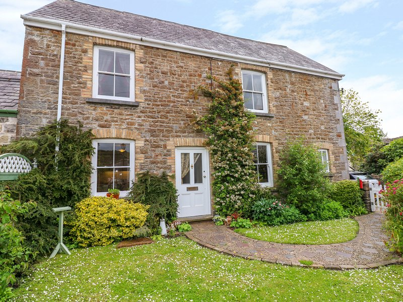CASTLE SCHOOL HOUSE, pet-friendly, WiFi, in Kidwelly, location de vacances à Ferryside