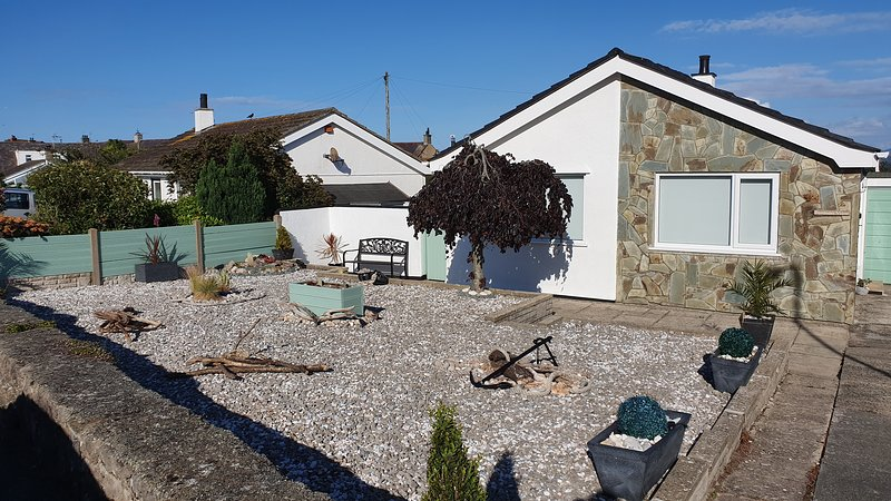 Penmon View, Moelfre, Anglesey. With sea and mountain views., holiday rental in Moelfre