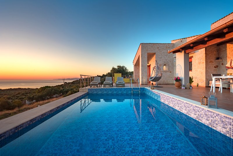 Nisaki Villa, 2-bedroom private villa with pool and stunning view., vacation rental in Agios Nikolaos