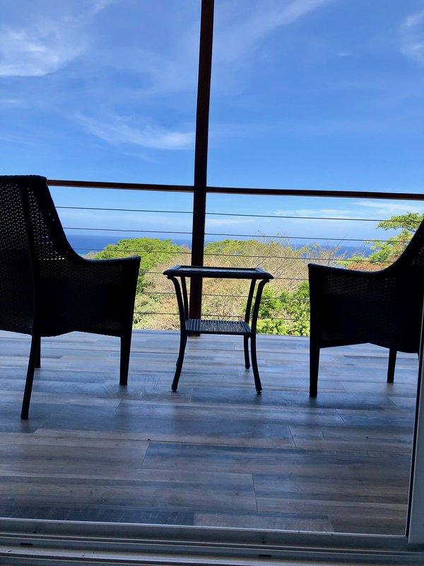 Relájese en su terraza privada, con vistas a la selva y al mar Caribe.