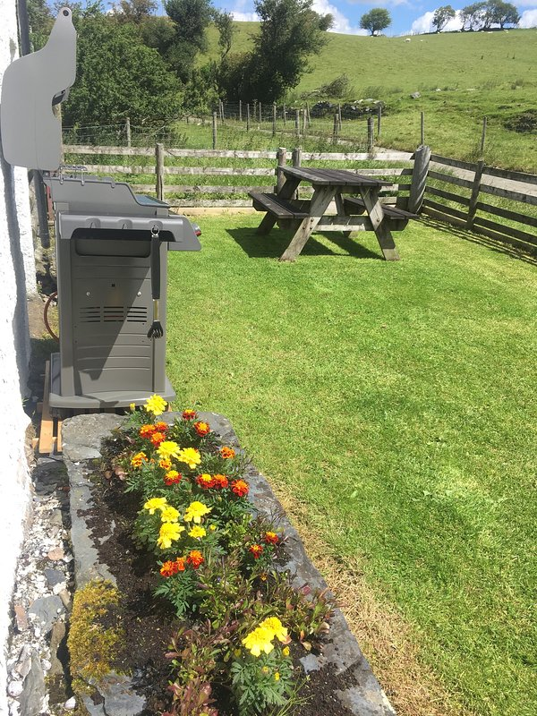 Enclosed garden with wooden table and gas bbq. Enjoy the lovely views of Snowdonia!