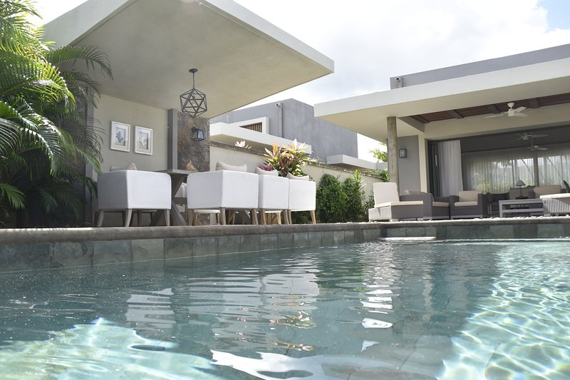 Luxury 3 Bedrooms Villa with private swimming Pool, location de vacances à Port-Louis