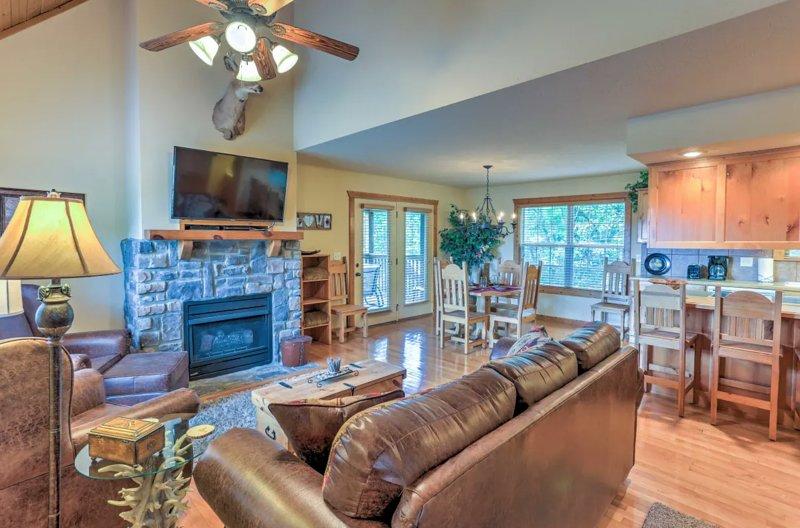 1BD 1.5BA Cozy Cabin by Silver Dollar City & Branson Strip - Sleeps 4, alquiler de vacaciones en Saddlebrooke