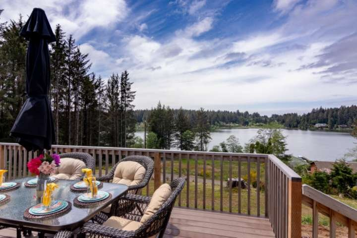 Peaceful Lake Retreat with Stunning Views! Pet Friendly, Walk to Siltcoos Lake,, vacation rental in Reedsport