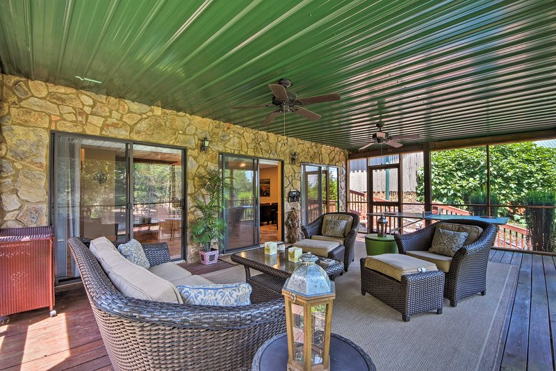 Relájese en el porche cubierto rodeado de vistas panorámicas.