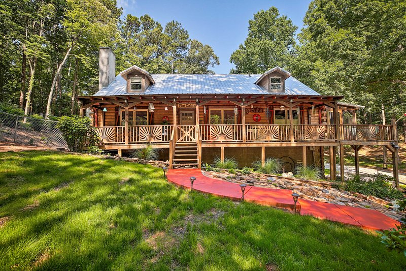 Peaceful Log Cabin on 3 Acres - Near Atlanta!, holiday rental in Mableton