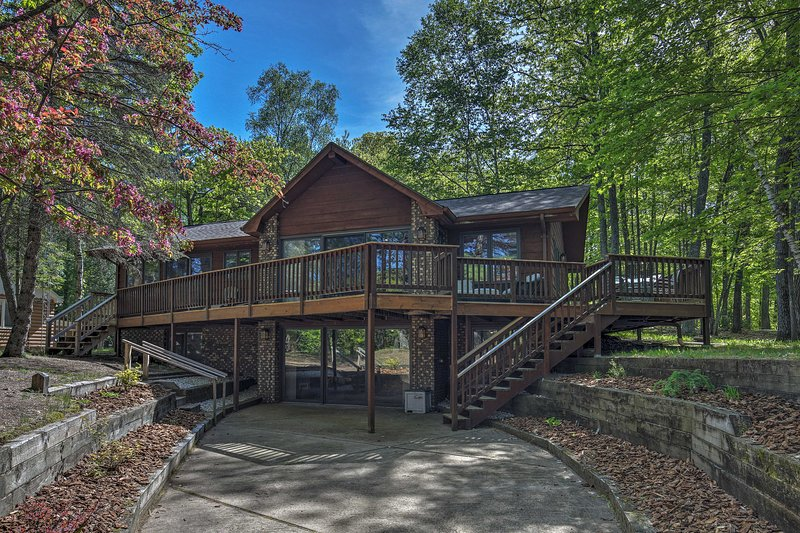 Waterfront Eagle River Lake Home w/ Boat Dock, holiday rental in Conover