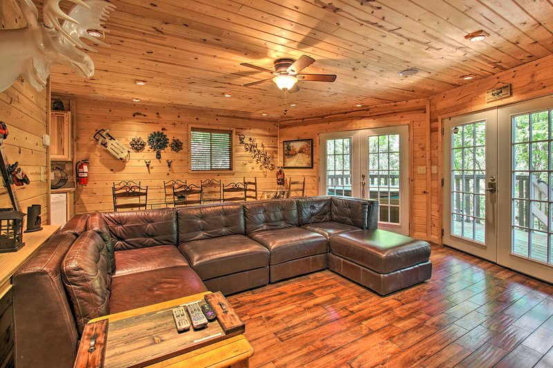 Cottage w/Hot Tub + Rustic Charm: 2 Mi to Downtown, vacation rental in Gatlinburg