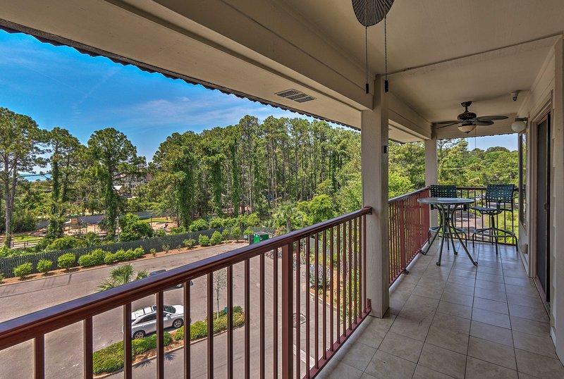 Rilassati sul balcone privato della casa vacanze con lussureggianti dintorni dell'isola!