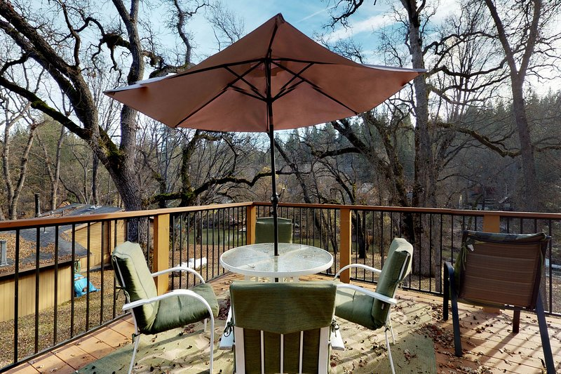 Comfortable lakefront home with a dock, shared pool, and more!, vacation rental in Groveland