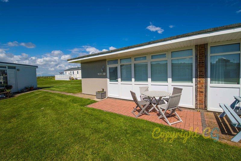 K128 - Camber Sands Holiday Park - Sleeps 5 - Modern Chalet with Parking, casa vacanza a Brookland