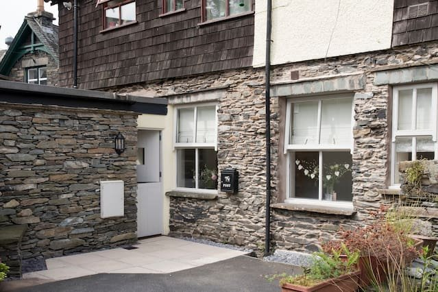 Cozy 1BR apartment, central Ambleside with parking ...