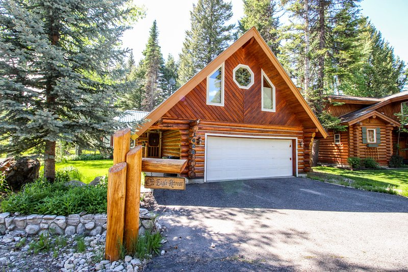 Charming log home w/ private hot tub - right on the golf course, near the beach!, location de vacances à McCall
