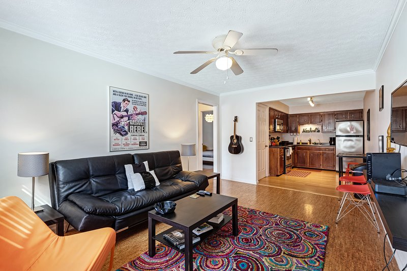 Modern, dog-friendly condo w/ full kitchen & entertainment - great location!, holiday rental in Nashville