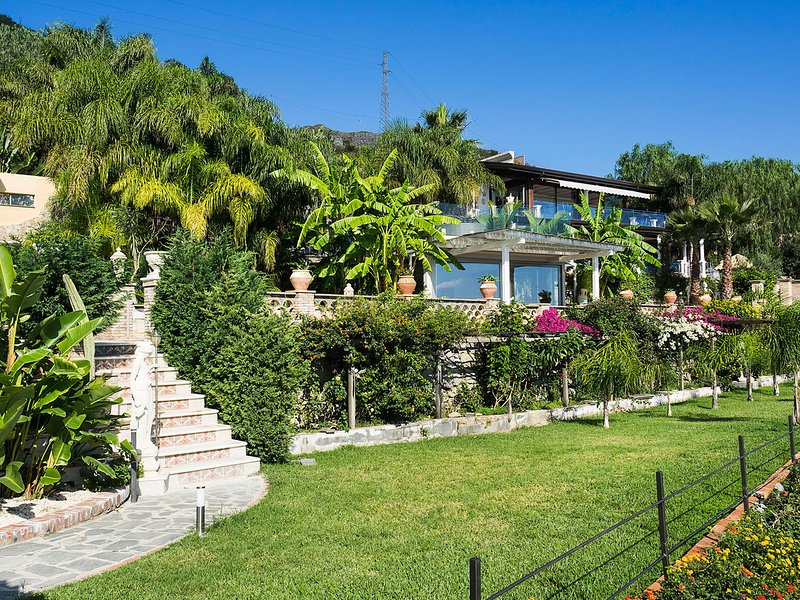Letojanni Villa Sleeps 8 with Pool Air Con and WiFi - 5803611 – semesterbostad i Limina