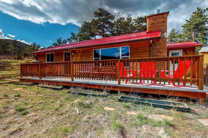 Quaint dog-friendly cabin w/ a porch & gas grill - lake & mountain views!, holiday rental in Estes Park